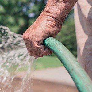 Kann ich mein Wasserbett mit einem Gartenschlauch leer pumpen?
